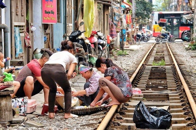 locul în care trenul trece la doar câţiva centimetri de uşile locuinţelor5