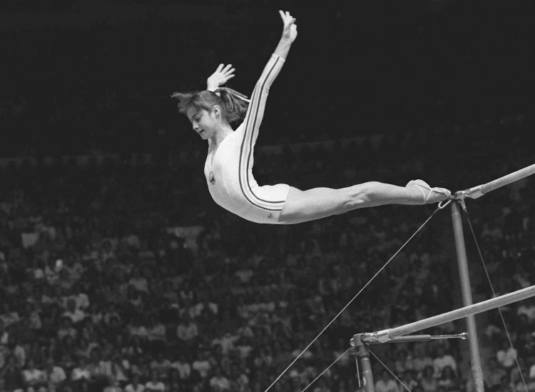 "Nadia Comaneci, of Romania, dismounts from the uneven parallel bars during a perfect ""10"" performance at the Summer Olympic Games in Montreal, Canada, July 18, 1976. (AP Photo/Paul Vathis) Foto: AP / SCANPIX / Kod: 436"