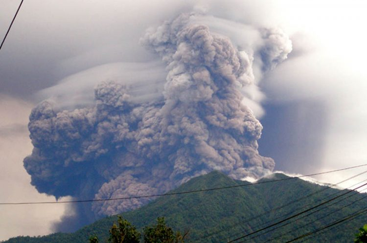 Soputan volcano spews thick smoke and heat clouds in Minahasa on June 6, 2008. A volcano erupted on Indonesia's Sulawesi island on June 6, spewing smoke and sending heat clouds of debris down its slopes, a volcanologist said. Mount Soputan in North Sulawesi started to erupt June 6 at around 9:59 am (0159 GMT), sending heat clouds as far as four kilometres (2.5 miles) and throwing ash two kilometres into the air. AFP PHOTO (Photo credit should read STR/AFP/Getty Images)